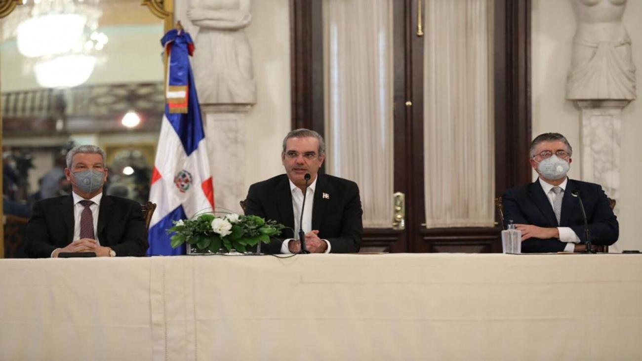 Luis Abinader y Roberto Santana